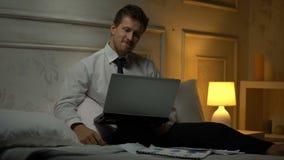 Pomyślny pieniężny ekspert porównuje dane w papierach i laptopie robi raportowi, zdjęcie wideo