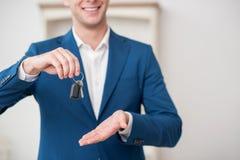 Pomyślny pośrednik handlu nieruchomościami proponuje kupować Zdjęcia Stock