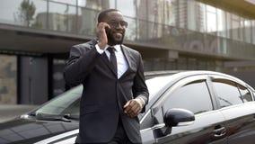 Pomyślny pracownik opowiada na telefonie dyrygować, mówjący o biznesowym spotkaniu zdjęcia royalty free