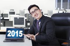 Pomyślny pracownik z liczbą 2015 w biurze Zdjęcia Stock