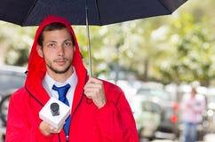 Pomyślny przystojny męski dziennikarz jest ubranym czerwień Obrazy Stock