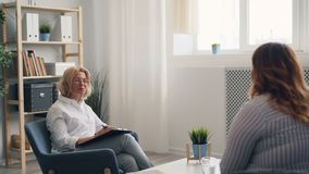 Pomyślny psycholog opowiada z nadwagą młoda kobieta podczas terapii sesji
