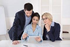 Pomyślny samiec i kobiety biznes zespala się przy biurem Zdjęcie Stock