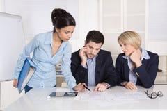 Pomyślny samiec i kobiety biznes zespala się przy biurem Obrazy Stock