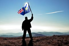 Pomyślny sylwetka mężczyzna zwycięzca macha St Helena flaga obrazy royalty free