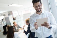 Pomyślny szczęśliwy pracownik w technologie informacyjne przemysle obrazy royalty free