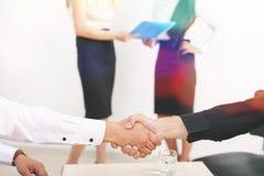 Pomyślny uścisk dłoni dwa biznesmena zdjęcie stock