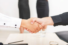 Pomyślny uścisk dłoni dwa biznesmena zdjęcia stock