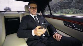 Pomyślny uśmiechnięty pieniężny ekspert ma przejażdżkę lotnisko w luksusowym samochodzie, wycieczka zbiory wideo