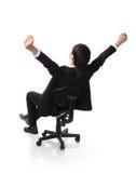 Pomyślny z podnieceniem Biznesowego mężczyzna obsiadanie w krześle Zdjęcia Royalty Free