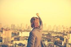 Pomyślny Zachodni biznesmen z rękami up patrzeć miasto Zdjęcie Royalty Free