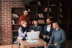 Pomy?lna grupa projektanci dyskutuje nowego reklama projekt zdjęcia stock