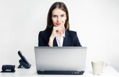 Pomyślna kobieta z laptopem Zdjęcia Royalty Free