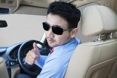 Pomyślna osoba pokazuje kciuk up w samochodzie Obrazy Stock