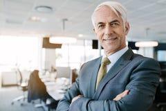 Pomyślna starsza biznesmen pozycja w biurze Fotografia Stock