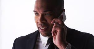 Pomyślny biznesmen opowiada na smartphone Fotografia Royalty Free