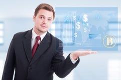 Pomyślny biznesowy facet pokazuje wirtualnego hologram Zdjęcia Stock