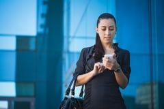 Pomyślny bizneswoman opowiada na telefonie komórkowym Zdjęcie Stock