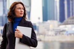 Pomyślny bizneswoman z laptopem Zdjęcie Stock