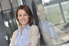 Pomyślny busineeswoman w biurze Zdjęcie Stock