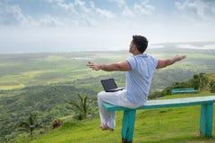 Pomyślny freelancer biznesmen z laptopem w górach Fotografia Royalty Free