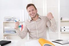 Pomyślny kierownika obsiadanie przy biurem - pozytyw. Obraz Stock