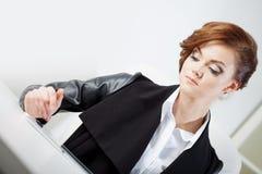 Pomyślna biznesowa kobieta, patrzeje laptop Zdjęcie Stock