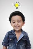 Pomysł żarówka nad szczęśliwą małą południową azjatykcią chłopiec Zdjęcia Stock