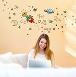 Pomysł rakieta z kobietą używa laptop obraz royalty free