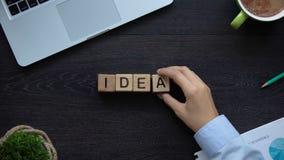 Pomysły, biznesowa kobieta robi słowu sześciany, nowa projekt prezentacja, lider zbiory
