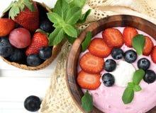 Pomysły dla zdrowego lata śniadaniowego op deseru Smoothies w pucharze fotografia stock
