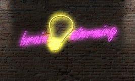 pomysły i żarówki neonowy światło na nocy alei na ściana z cegieł mózg zdjęcia stock