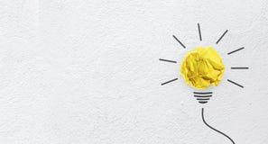Pomysły z koloru żółtego papierem mięli piłkę na ściennym tle Fotografia Stock