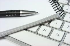 Pomysł. Komputerowa klawiatura. Notepad. Pióro Zdjęcia Stock