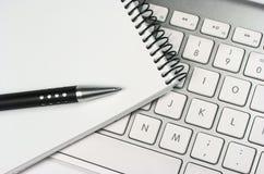 Pomysł. Komputerowa klawiatura. Notepad. Pióro Obrazy Royalty Free
