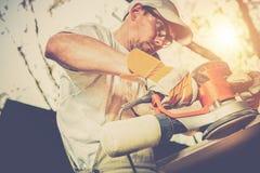 Ponçage en bois de travailleur Photographie stock