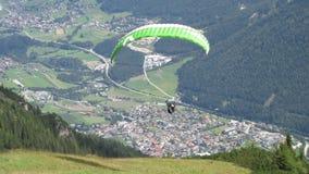 ponad paraglider dale Zdjęcia Royalty Free