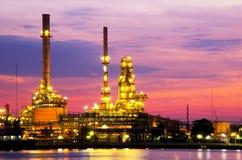 Ponaftowa rafinerii ropy naftowej fabryka nad wschodem słońca Zdjęcia Stock