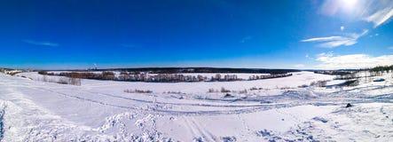 Ponarama реки замерло в зиме покрытой с снегом Природа в зиме, красивом ландшафте озера в снеге ясность стоковое изображение