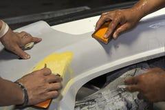 Poncez la main de papier pour la peinture de réparation automatique de carrosserie de voiture Photographie stock libre de droits
