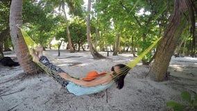 Poncez la plage et le ressac, atoll masculin du sud maldives banque de vidéos