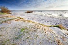 Poncez la plage sur la Mer du Nord et le ciel bleu Photo stock