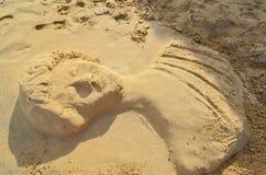 Poncez la sculpture sous forme de statue antique sur la plage image libre de droits