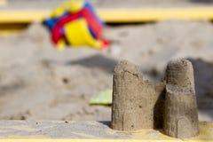 Poncez le château dans le bac à sable du ` s d'enfants Photos stock