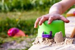 Poncez le château dans le bac à sable du ` s d'enfants Images stock