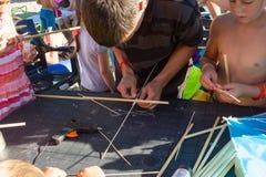 Poncez le Fest la leçon de créer un cerf-volant de vol Photo libre de droits