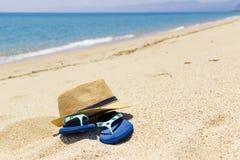 Poncez les bascules et le chapeau en paille, relaxation sur la plage, Sardaigne Italie photos stock