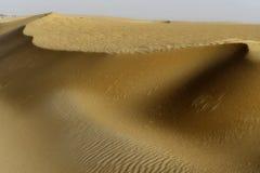 Poncez les collines dans les déserts de la forme de l'Arabie Saoudite une vue magnifique au voyageur de désert image libre de droits
