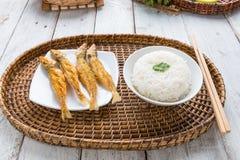 Poncez les poissons de merlans cuits à la friteuse avec le safran des indes et l'ail sur p blanc Photographie stock