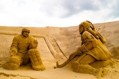 Poncez les sculptures des joueurs de hockey du passé et moderne dans la ville Imatra Finlandand image stock